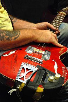 Seasick Steve guitar Guitar Amp, Cool Guitar, Seasick Steve, Famous Guitars, Guitar Building, Drum Kits, Music Bands, Rock And Roll, Blues