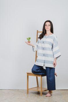 #Camicia molto ampia in tela leggera di #lino 100% con possibilitá di essere indossata in 2 modi diversi. É realizzata in taglia unica e veste dalla 40 alla 48. filotimo.it