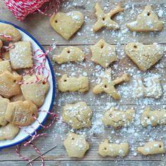 Esta tarde hemos hecho estas galletas de mantequilla para colgar en el árbol de Navidad, a la masa también le he puesto un trozo de la calabaza asada de esta mañana pero.....shhhhhhh ellos no lo saben y dudo que, al paso que van, dejen alguna para el árbol!!!!  #ojosquenoven....  #modonavidadactivado #readyforchristmas #homemadecookies #galletascaseras #myweekofflatlays #inspira_t #stilllife #still_life_gallery #instafood #cocinandoconniños