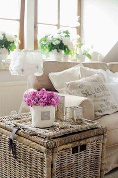 """Unser Buchtipp """"Wohnen ganz romantisch"""" zeigt die schönsten Beispiele für den natürlichen Landhausstil. Wie z.B. diesen Weidenkorb als Beistelltisch neben dem gemütlichen Hussensofa . http://landhaus-look.de/wohnen-ganz-romantisch#more-13633"""