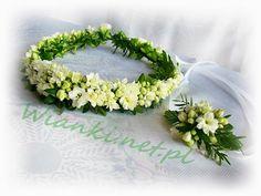 Wianki komunijne » www.wianki.net.pl Crown Photos, Wedding Tiaras, White Gardens, Wedding Trends, Flower Crown, Communion, Green And Gold, Holi, Wedding Day