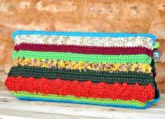 Carteira de crochê feita à mão. Forro interno feito com tecido 100% algodão. Tamanho G - Com lateral R$ 148,00