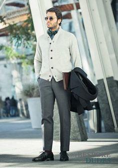 デニムジャケット×編み白セーター×ネイビーパンツの着こなし(メンズ)   Italy Web