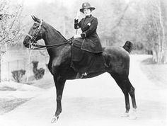Hoch zu Ross: Evangeline Cory Booth, die Tochter der Heilsarmee-Gründer William und Catherine Booth, war  war von 1934 bis 1939 die vierte Generalin der Heilsarmee.