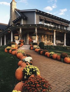 fall yard decor pumpkin decor October is the perfect time for fabulous Halloween outdoor decor. Check out these 9 beautiful fall yard decor ideas for this fall! Fall Yard Decor, Fall Home Decor, Autumn Home, Seasonal Decor, Thanksgiving Decorations, Holiday Decorations, Pumpkin Decorating, Porch Decorating, Decorating Ideas