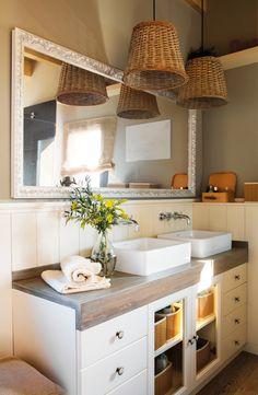 0006. baño de estilo rustico con arrimadero un gran espejo y una lampara de cesto