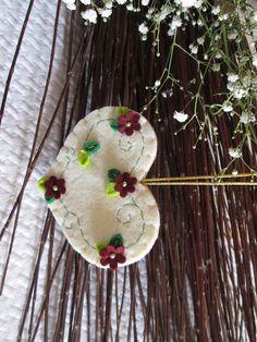 Heart Ornament - Felt Ornament - Home decor - Weeding ornament - Felt Heart - Ornamento con cuore avano in feltro  e cornice di foglie e fiori bordò con perline dorate - Decori di Primavera di TinyFeltHeart su Etsy