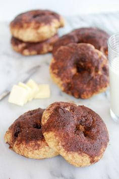 Whole Wheat Bagels with a crunchy cinnamon sugar topping! Low Carb Bagels, Low Carb Bread, No Bake Desserts, Dessert Recipes, Whole Wheat Bagel, Cinnamon Crunch, Little Lunch, Half Baked Harvest, Artisan Bread
