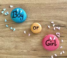 Macarons maison, commande pour une baby shower boy or girl. Les macarons bleus sont au chocolat, les beiges au caramel beurre salé et les roses à la confiture maison de framboise. Macaron Bleu, Macarons, Boy Or Girl, Roses, Sugar, Cookies, Desserts, Food, Raspberry