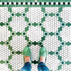 Hex tile patterns at little green notebook Hex Tile, Penny Tile, Hexagon Tiles, Hexagon Quilt, Hexagon Pattern, Quilt Pattern, Floor Design, Tile Design, Bathroom Flooring
