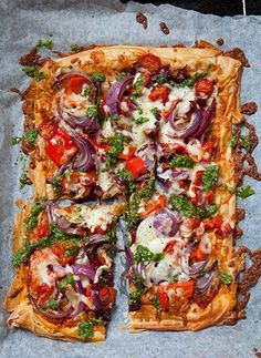 This lighter version of pizza is made with filo pastry and topped with onion, pepper, tomatoes and a homemade pesto,Tweak Gluten/Vegan Veggie Recipes, Vegetarian Recipes, Cooking Recipes, Healthy Recipes, Tapas Recipes, Pizza Recipes, Dinner Recipes, Filo Pastry, Puff Pastry Pizza