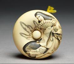 Manjū netsuke depicting Tamamo no Mae, with Nasu Moor on the reverse.  Ashmolean Museum.