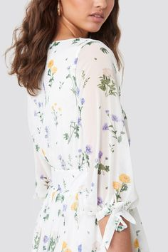 This maxi dress by Kae Sutherland x NA-KD features a v neckline, a waistband, a self tie closure on the sleeves, a floral print, an inner slip dress and a flowy fit. Stylish Dresses, Cute Dresses, White Maxi Dresses, White Dress, Floral Tops, Floral Prints, Buy Dress, Jean Outfits, Dresses Online