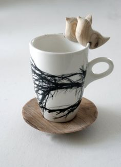 I absolutely love these porcelain tree cups and mugs by Nicki Ellis from Love Milo. She's also added the sweet hand carved birds that fit onto the rim of a cup, bowl or mug. Ceramic Pottery, Ceramic Art, Pottery Mugs, Coffee Cups, Tea Cups, Drink Coffee, Objet Deco Design, Love Milo, Wooden Bird