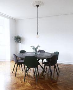 Hector i fuld kamp-uniform 🛠  Med tillægsplader kan man sidde helt op til 10 personer om bordet.   Her er det Hector i mørkpigmenteret beton med sortolierede egetræsplader og -ben meget velplaceret i et super smukt hjem på Østerbro, København.    #nordicmood #interior #interior4all #scandinavianhomes #homesweethome #interior123 #interiorlover  #eberhart #eberhartfurniture #danishdesign #table #diningtable #concretetable #betonbord #delditkbh