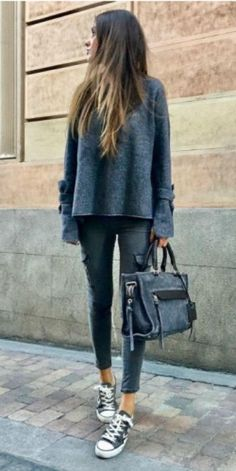 Maria Turiel Soler + all grey spring outfit + long-sleeved top + denim jeans + oversized pocket detailing + pair of classic black converse. Jeans: Zara, Shoes: Converse.