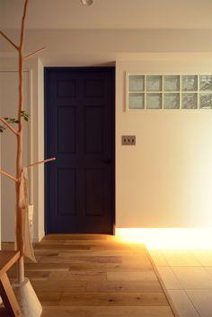 玄関の足元に間接照明。ガラスブロックで寝室からの光を取り込む #リノベーション #リビング #収納 #homedecor #renovation #livingroom #interiordesign