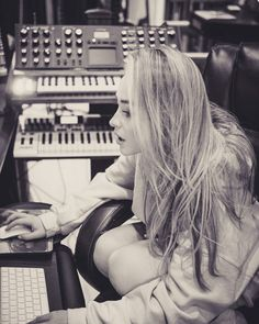 """2018 Hollywood Records adds their own SC teaser: Sabrina Carpenter """"is working on some unreal stuff for you guys, JSYK"""" Sabrina Carpenter, Dove Cameron, Selena Gomez, Hollywood Records, Girl Meets World, Female Singers, Celebs, Celebrities, Her Music"""