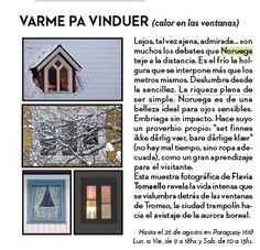 """REVISTA HUESPEDES recomienda """"Varme på vinduer"""" (calor en las ventanas) hasta el 26 de agosto, 2017, Paraguay 1618 Lun. a Vie. de 9 a 18hs y Sab. de 10 a 13hs. Lejos, tal vez ajena, deseada y admirada... son muchos los debates que Noruega teje a la distancia. Es el frío la holgura que se interpone más que los metros mismos. Pero allí, aún fuera de los tópicos clásicos, se yergue un coloso seductor en la ribera norte de Escandinavia. Deslubra desde la sencillez. La riqueza plena de ser…"""
