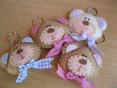 this is a BEARY CUTE idea for a keychain or to adorn a backpack or bag! Bear Crafts, Animal Crafts, Diy Craft Projects, Sewing Projects, Diy Crafts, Hobbies And Crafts, Arts And Crafts, Fabric Crafts, Sewing Crafts