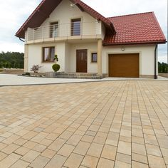 Paving Slabs, Design Case, Home Fashion, Garage Doors, Driveway Ideas, House Design, Mansions, House Styles, Outdoor Decor