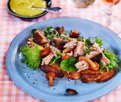 En riktigt lyxig macka med stekt levainbröd som grund, toppad med confiterat anklår, enbärspicklad svamp och krämig timjanmajonnäs. Försvinnande gott!
