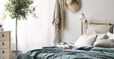 Det är så härligt när inredningen känns sådär självklar, när allt faller på plats utan större ansträngning. Särskilt i ett sovrum är det önskvärt att uppnå just detta för att skapa en avslappnad känsla och ett rum för sinnesro. Serien BJÖRKSNÄS med möbler som kombinerar björk och naturfärgat läder utgör helt naturligt den perfekta basen. Wardrobe Rack, Ikea, Design Inspiration, Furniture, Shop Windows, Home Decor, Decoration Home, Ikea Co, Room Decor