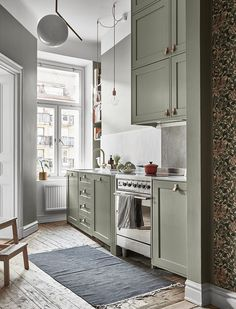 Small kitchen design ideas should be ways you come up with to save as much space as possible while having … French Country Kitchens, Scandinavian Kitchen, Scandinavian Interior, Scandinavian Style, New Kitchen Cabinets, Space Kitchen, Green Kitchen, Cuisines Design, Lofts