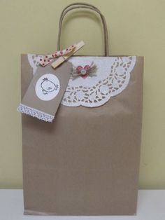 Bellas bolsas de papel con blondas - Dale Detalles Paper Bag Crafts, Paper Gift Bags, Paper Gifts, Craft Bags, Craft Gifts, Diy Gifts, Paper Packaging, Gift Packaging, Creative Gift Wrapping
