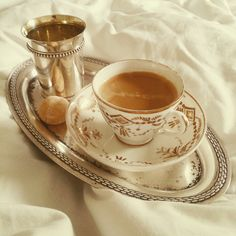 Coffee in bed! I love to wake up like that! :-D