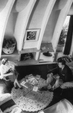 Casa Milá o Pedrera de Gaudí. 1910.Francisco Barba Corsini en 1954,c on un millón de pesetas convirtió los antiguos lavaderos llenos de trastos en 13 minúsculos apartamentos dúplex -todos ellos distintos- muy modernos para la época y pintados de rojo y negro.Tuvo que diseñar los muebles a partir de un sistema muy artesanal de fabricación.