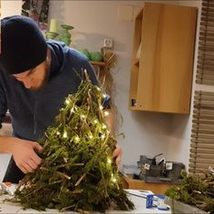 Home decorating idea at Christmas time - Home decorating idea for the Christmas season. Make a Christmas tree yourself. Find moss branches f - Christmas Planters, Diy Christmas Tree, Outdoor Christmas Decorations, Mediterranean Decor, Decorating Small Spaces, Diy For Teens, Easy Diy, Life Skills, Quotes Inspirational