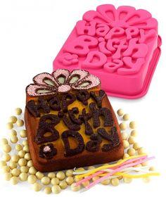 Birthday cake réalisé avec le moule en silicone platine 'Happy Birthday' de Pavoni.