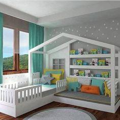 Originale cameretta per bambini, moderna, con una piccola struttura della casa creata all'interno della stanza - all'interno un lettino e un divano perfetto da utilizzare come angolo lettura