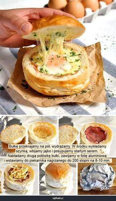 Jak zrobić jajko w bułce? - Bułkę przekrajamy na pół, wydrążamy. W środku wykładamy szynką, wbijamy jajko i posypujemy startym serem. Nakładamy drugą połówkę bułki, zawijamy w folię aluminiową i wstawiamy do piekarnika nagrzanego do 200 stopni na 8-10 min.