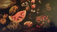 ANONIMO NAPOLETANO  ( MAESTRO DEL METROPOLITAN? ) ( attivo nella seconda metà del '600 ). FRUTTI E FIORI IN UN VASO DI VETRO IN UN PAESAGGIO. olio su tela. 73,5 × 100 cm.