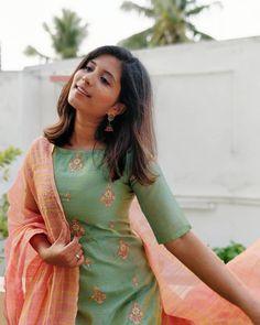 A imagem pode conter: uma ou mais pessoas e pessoas em pé - Indian fashion - Churidar Designs, Kurta Designs Women, Kurti Neck Designs, Dress Neck Designs, Blouse Designs, Simple Kurti Designs, Stylish Dress Designs, Sleeves Designs For Dresses, Dress Indian Style