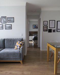 Sofá cinza: 85 ideias de como usar esse móvel versátil na decoração Living Room Decor Colors, Living Room Sofa Design, Living Room Designs, Kitchen Cabinets Decor, Cabinet Decor, Desing Inspiration, Yellow Sofa, Cozy Sofa, Colorful Pillows