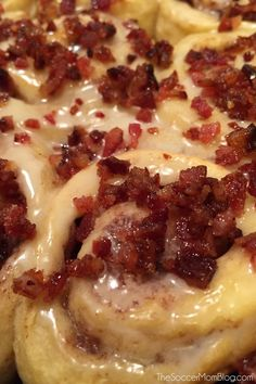 Pillsbury Cinnamon Rolls with Candied Bacon and a mouth-watering maple frosting. These Maple Bacon Cinnamon Rolls are a delicious and easy fall breakfast! Bacon Cinnamon Rolls, Pillsbury Cinnamon Rolls, Pizza Dough Cinnamon Rolls, Cinnamon Cake, Candied Bacon, Maple Bacon, Bacon Bacon, Breakfast Pizza, Recipes