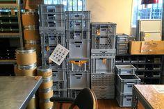 間違いない店、P.F.S. PARTS CENTERで見つけた理想的なコンテナ DAILY STANDARD DAILY STANDARD Plastic Crates, Garage Interior, Work Tools, Diy And Crafts, Life Hacks, Container, Floor Plans, Shelves, Interior Design