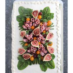 Kinkku-tuorejuustotäytteinen voileipäkakku | Maku Party Sandwiches, Sandwich Cake, Savoury Baking, Savoury Cake, Appetizer Buffet, Food Carving, Salty Foods, Western Food, Xmas Food