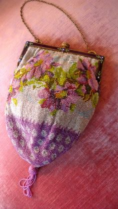 vintage beaded handbag - by Cris Figueired♥ Vintage Purses, Vintage Bags, Vintage Handbags, Vintage Outfits, Beaded Purses, Beaded Bags, Parasol, Womens Purses, Beautiful Bags