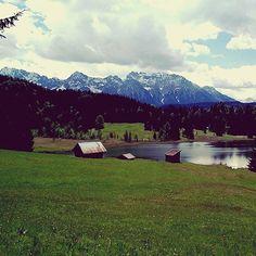 Going back to #places I love...#werdenfelserland #geroldsee #garmischpartenkirchen #bergsüchtig #mountains #photography #bavariansky #bluesky #sun #greengrass #clouds #addiction #karwendel #alpenweltkarwendel #alps #lake