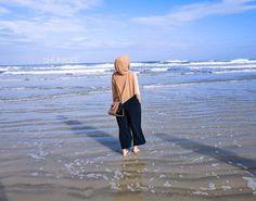 Gambar mungkin berisi: satu orang atau lebih, orang berdiri, samudera, langit, pantai, luar ruangan, air dan alam Niqab Fashion, Modern Hijab Fashion, Beach Photography Poses, Tumblr Photography, Hijabi Girl, Girl Hijab, Girly Pictures, Beach Pictures, Hijab Hipster