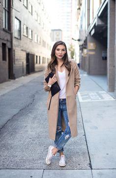 Девушка в джинсах и светлом пальто