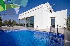 Deze zeer ruime villa's zijn uniek.  Zeer origineel ontwerp, functioneel en ruim van opzet. Villa's met 3 slaapkamers en 2 badkamers. Inpandige garage. Privé zwembad.  Percelen grond van 296 m² tot 507 m². Bewoonbare oppervlakte van 137,6 m² tot 143,2 m². Terras 56,2 m² Garage 23 m²   Prijs van 198.000 euro-279.000 euro.
