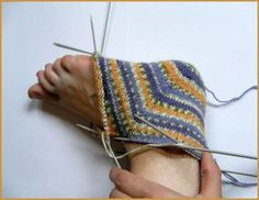 oh my gosh start at the heel socks - these are a must try . oh my gosh start at the heel socks - these are a must try .someday (translate) Always wanted to discover ways to knit. Knitted Slippers, Crochet Slippers, Knit Or Crochet, Knitted Hats, Knitting Socks, Knitting Stitches, Hand Knitting, Knit Socks, Knitting Patterns