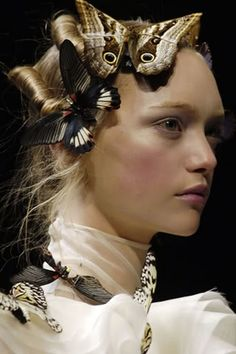Philip Treacy x Alexander McQueen Philip Treacy, Beautiful Hairstyle For Girl, Fashion Art, Fashion Show, High Fashion, Gemma Ward, Butterfly Fashion, Vogue, Favim