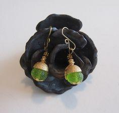 Boucles d'oreilles dormeuses,calottes glands laiton doré , perles en verre sucrées filées au chalumeau, vert tendre : Boucles d'oreille par d-schaetzle