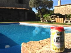 Sparkling water Vichy Catalán, in the swimming pool.